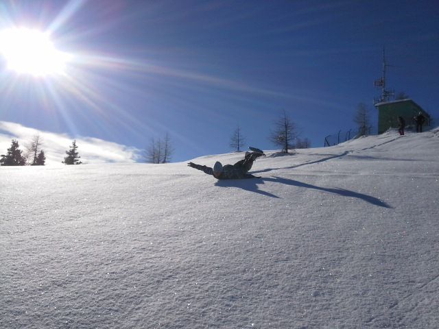 Schneeschuhwandern im Naturpark Dobratsch, es geht auch mit Bauchrutschen.