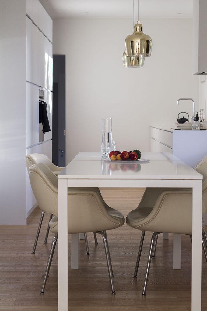 Kitchen Kvik Mano, walls Farrow & Ball Strong White, Artek Golden Bell