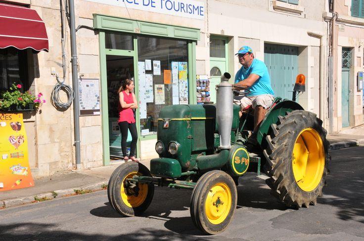 Grande fête des battages d'Antigny (Août 2015) de passage à St Savin, devant l'office de tourisme