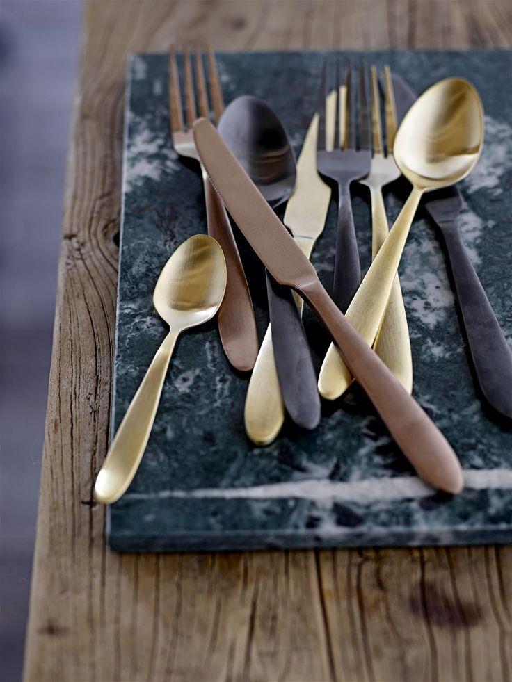 Dit geweldige gouden roest vrijstalen bestek vanBloomingvillegeeft een extra dimensie aan de sfeer beleving van een gedekte tafel. Echt feest om dit bestek op tafel te leggen. Hetbestaat uit een set van 4 delen namelijk eenlepel, klein lepeltje, mes en vork.