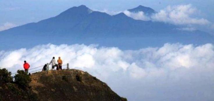 """Cuaca Ekstrem Gunung Gede Pangrango Terlarang Didaki  KONFRONTASI-Balai Besar Taman Nasional Gunung Gede Pangrango (TNGGP) akan melarang aktivitas pendakian pada saat Tahun Baru 2017 lantaran cuaca ekstrem di kawasan tersebut. Gunung Gede-Pangrango rencananya akan ditutup selama tiga bulan.  """"Kita tutup pendakian mulai 31 Desember sampai Maret 2017. Akan terjadi cuaca ekstrim"""" kata Kepala Balai Besar Taman Nasional Gunung Gede Pangrango Suyatno Sukandar Kamis (29/12).  Kata dia pada periode…"""