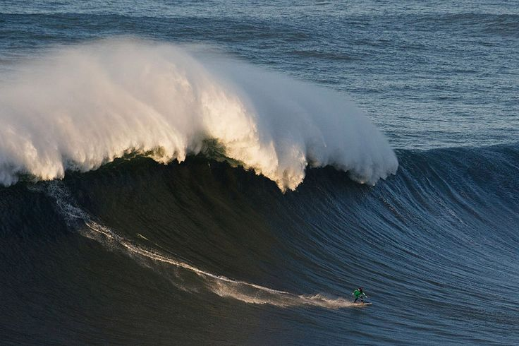 Под волной  Эндрю Коттон поймал огромную волну на пляже Прая-ду-Норте, любимом серферами всего мира. Гигантские волны образуются у берега из-за подводного каньона.   Автор фото: Pablo Blazquez Dominguez
