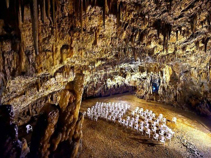 Οχι τις παραλίες αλλά ένα σπήλαιο της Κεφαλονιάς, αποθεώνει η ιταλική εφημερίδα La Stampa. Αυτό είναι το ομορφότερο σπήλαιο του κόσμου μέσα στο οποίο «κρύβεται» μιας μαγικής ομορφιάς λίμνη… Η αρθρογράφος της ιταλικής εφημερίδας Νοέμι Πένα αποθεώνει το σπήλαιο της Δρογκαράτης στα Χαλιωτάτα της Κεφαλονιάς, λέγοντας χαρακτηριστικά ότι είναι τόσο όμορφο που δεν ξέρεις πού…