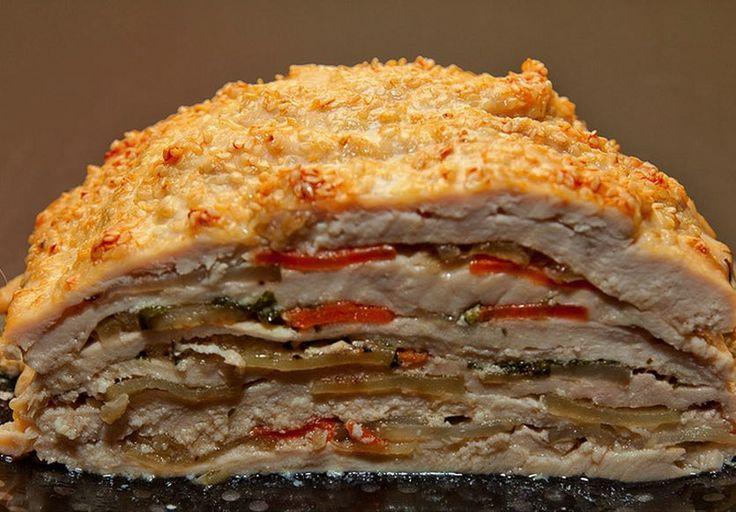 Neviete, čo pripraviť na nedeľný obed? Vyskúšajte túto vrstvenú kuraciu tortu s prekvapením.