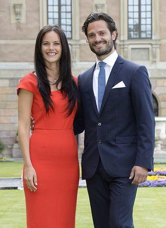 27日、スウェーデン・ストックホルムで、記者会見に臨むカール・フィリップ王子(右)とソフィア・ヘルクビストさん(EPA=時事) ▼28Jun2014時事通信|スウェーデン王子が婚約=元モデルと来夏ゴールイン http://www.jiji.com/jc/zc?k=201406/2014062800041