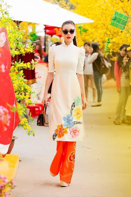 Trà Ngọc Hằng ( in modern Ao Dai) sành điệu với áo dài cách tân