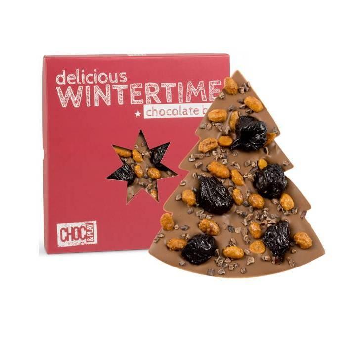 CZEKOLADA MLECZNA ZE ŚLIWKĄ    Mleczna czekolada w kształcie choinki została przyozdobiona suszonymi śliwkami, pysznymi orzechami ziemnymi w karmelu i kruszonym ziarnem kakao. Całość zapakowaliśmy w czerwone świąteczne opakowanie.
