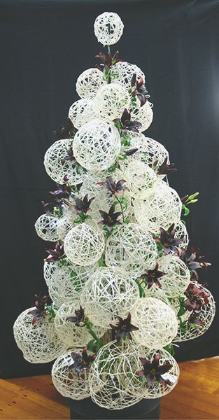 String Christmas tree  www.floraldesignmagazine.com/download1013.html #Christmascrafts #Xmascrafts #crafts #partyideas #Christmasparty #DIY