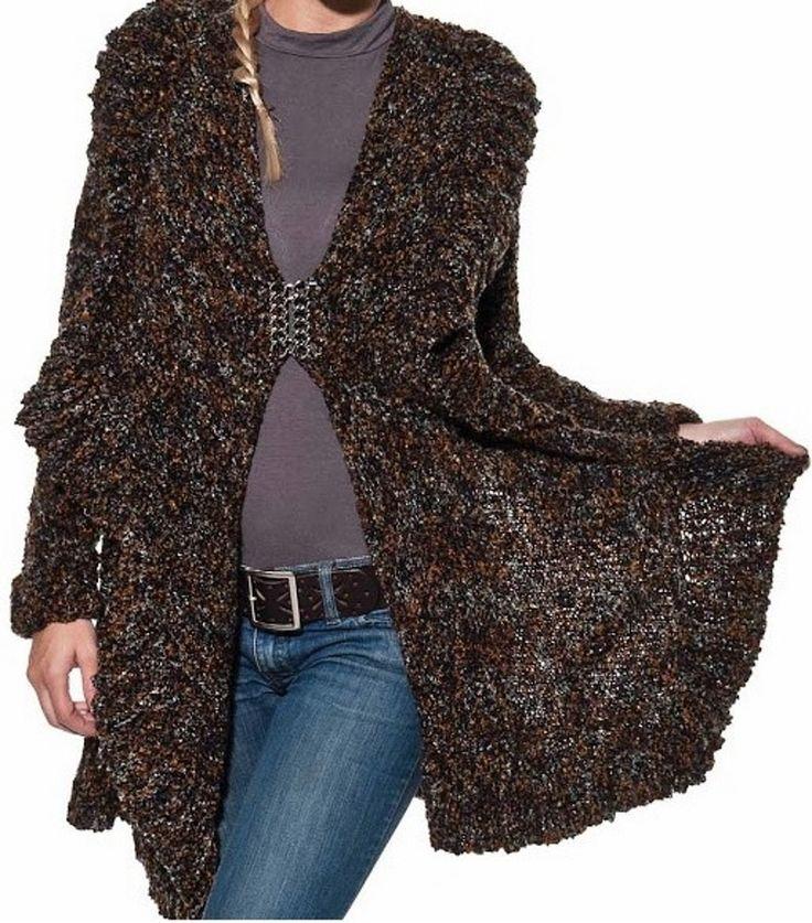 Casaco longo, fio mesclado, feito em tricô, usei lã da Cisne, Mezcla na cor 635 (matiz de marron/preto). O tamanho veste de 42/44, mas o fio é bem versátil e veste até 48, por isso dei adjetivo de: ESTILIZADO VERSÁTIL! <br>Tem longo babado em torno de todo casaco que faz com que você se sinta uma deusa. Uma presilha que prende na frente. <br>Ele é quentinho e pode ser usado em dias amenos. Aconchegando ao toque e faz com que você vire atração nas ruas. Um em estoque.