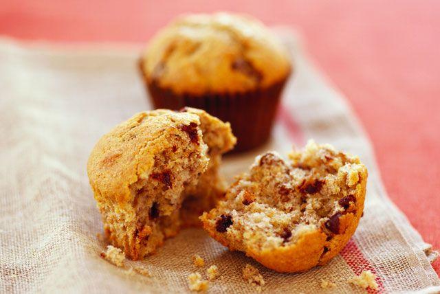 Régalez toute la maisonnée en préparant ces délices maison aux bananes et aux brisures de chocolat. Moelleux et juste assez sucrés, ces muffins plairont assurément aux petits comme aux grands.