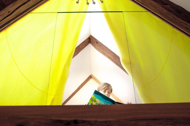lesezimmer, lesen, bilderbuch, versteck, auguck, vogelkoje, dachboden, schlafzimmer, spitzboden, holzboden, weiss, bett, balken, koje, modern, hideaway, lichtspiel, licht, rundfenster, vorhang, kinderzimmer, spielzimmer, prinzessin, leiter, vorhang, matratze, lounge, liege, dachzimmer. www.welle8.com #lesezimmer #bilderbuch #dachboden