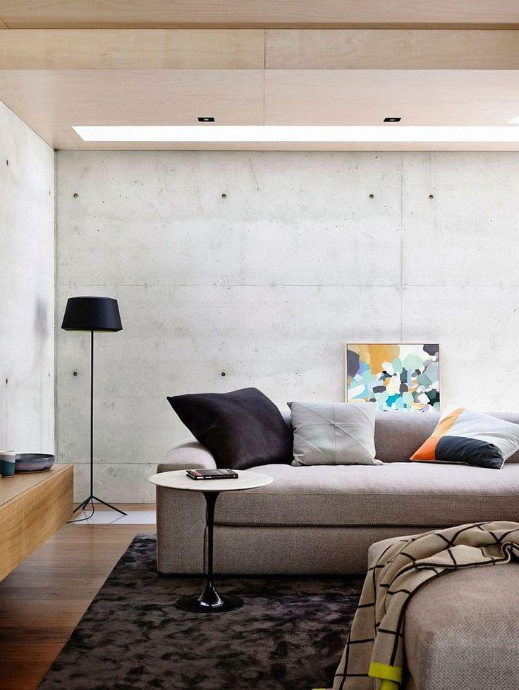 Mur en béton banché et panneaux muraux en bois créent une ambiance équilibrée et élégante