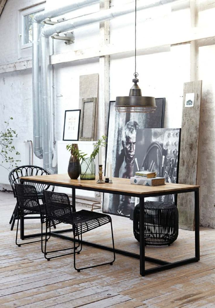 Chaise noire et table à manger en bois