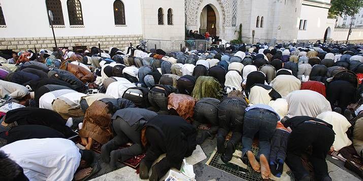 Muslime beim Freitagsgebet vor einer Moschee in Paris. Foto: picture-alliance/BSIP