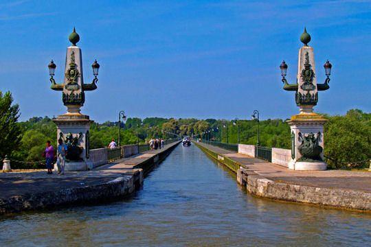 Le Pont Canal est certainement ce qui fait la renommée mondiale de la petite ville de Briare. Construit par Eiffel à la fin du XIXe siècle, il permet aux bateaux de traverser la Loire pour rejoindre le canal de Briare. Véritable œuvre d'art, il est classé Monument Historique.