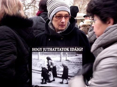 """Civilek és politikusok tiltakoztak a Szabadságtérre engedélyezett német megszállás emlékművének felállítása és a február 8.-ra engedélyezett """"Becsület napja"""" ellen. A tüntetésen felszólalt Hiller István, Vadai Ágnes, Karácsony Gergely és Popper Gábor.   Zoltai Andrea..."""