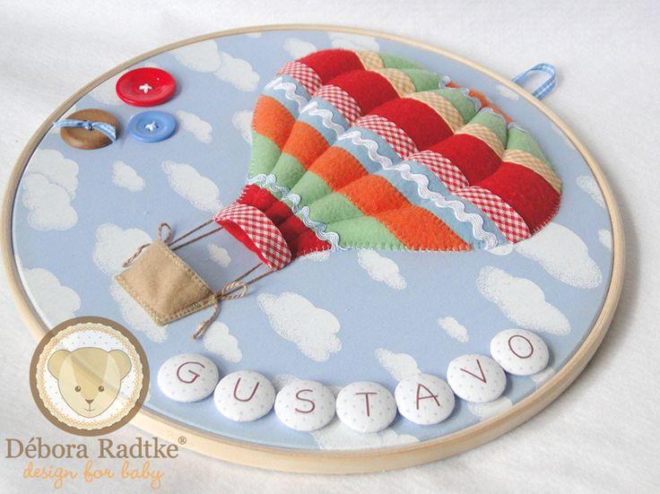 Quadro Porta Maternidade modelo Bastidor Balão <br> <br>Confeccionado em tecido e feltro, decorado com botões plásticos e em madeira e personalizado com o nome do bebê. <br> <br>O quadro mede 30 cm de diâmetro e pode ser feito nas cores e estampas que desejar!