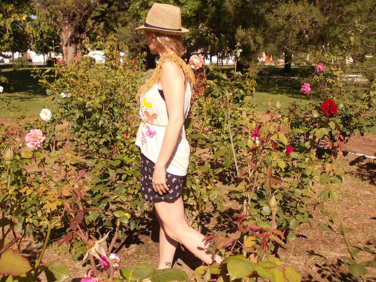 Remera con detalles de mariposas bordadas, cuello tejido al crochet y flecos