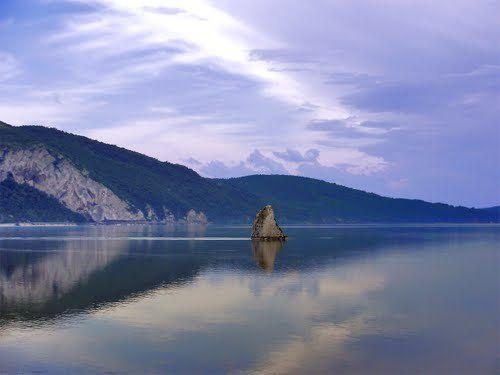 """Simbol al Clisurii Dunării, stânca Baba Caia, monument natural din calcar, rămâne şi astăzi unul dintre principalele puncte de atracţie pentru turiştii care vin în aceste locuri.  Baba Caia are o înălţime de şapte metri şi este unică pe tot parcursul Dunării. Stânca iese din apele fluviului în zona Coronini-Moldova Nouă şi este supranumită """"Crăiasa singuratică a Dunării""""."""