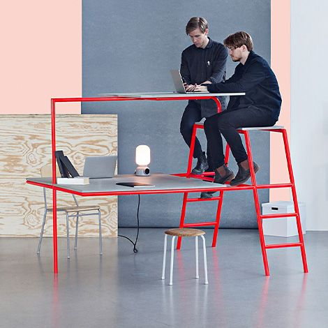 « In our office » | Office et culture  même structure pour le bureau et la chaise la possibilité de monter sur la table tout en étant assis = inattendu ligne pure
