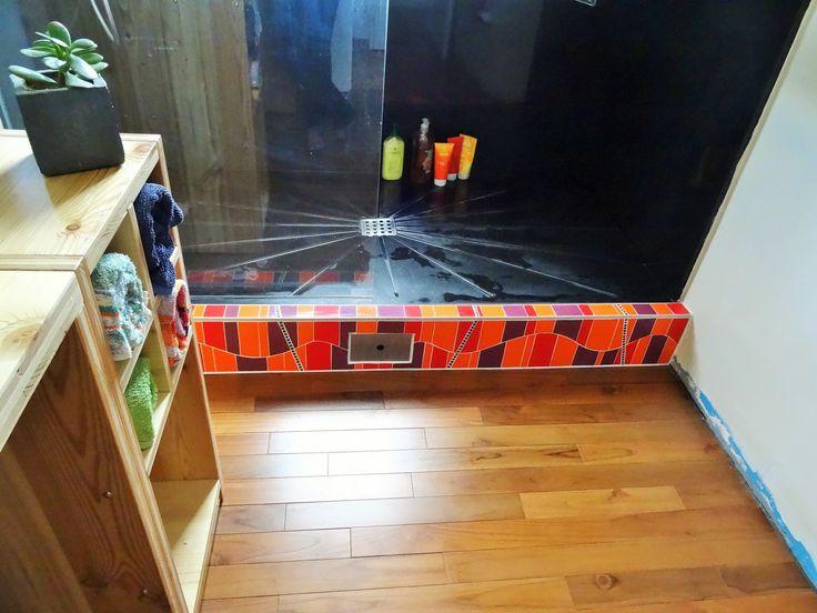 Habillage d'une contre-marche de douche en mosaïque contemporaine. Camaïeu de couleurs orange - rouge - violet. Réasultat unique et moderne. Création en mosaïque unique et personnalisée sur commande contact@zam-creation.fr
