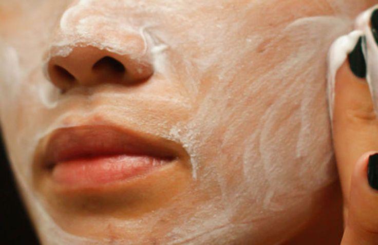 Απαλλαγείτε από τα αντιαισθητικά μαύρα στίγματα φτιάχνοντας μια απλή και εύκολη μάσκα προσώπου με δυο υλικά που σίγουρα έχετε στην κουζίνα σας.