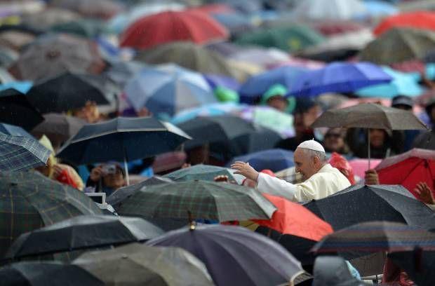 Paus Fransiskus yang Mengejutkan Umat.