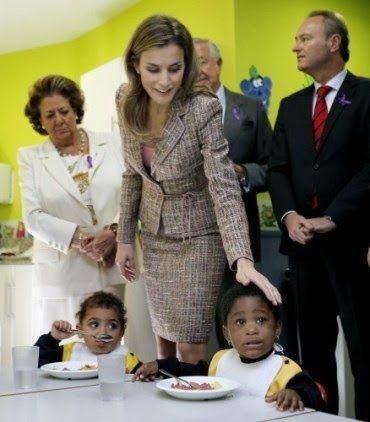 Fashion Assistance: Letizia repite traje de tweed de Felipe Varela en Valenciahttp://www.fashionassistance.net/2013/11/letizia-repite-traje-de-tweed-de-felipe.html