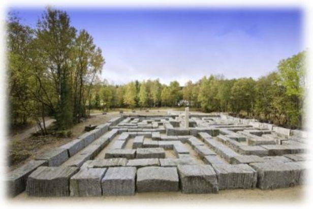 Granitlabyrinth in Kirchenlamitz im Fichtelgebirge: Das Labyrinth bildet den Abschluss des Steinbruchweges in Kirchenlamitz.