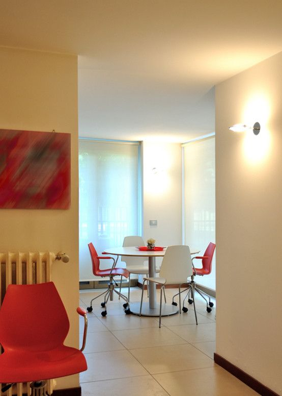 Ufficio - Valtorta srl: Un ambiente filtro, dove trova spazio la postazione caffè ci introduce all'ufficio direzionale, che per la sua ampiezza prevede anche una zona riunioni.
