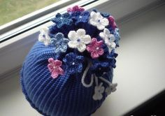 Шапка крючком для девочки. Весенняя шапочка крючком с цветами