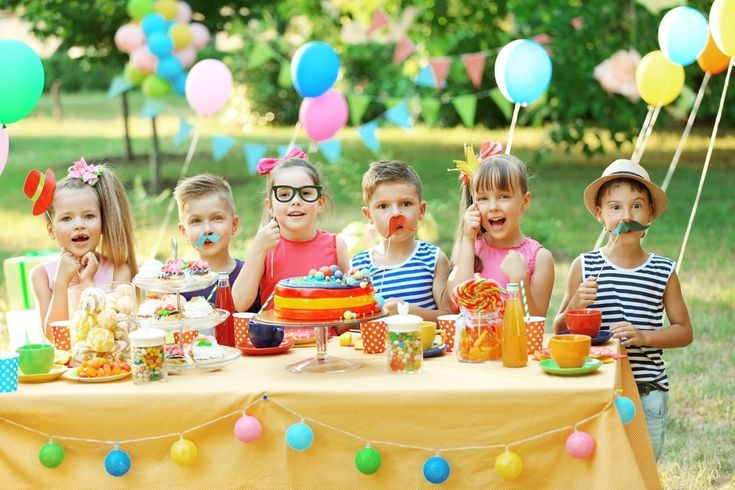 Give the crowded kids party venues a miss and choose your backyard, a park or the beach for a glorious warm-weather party venue.