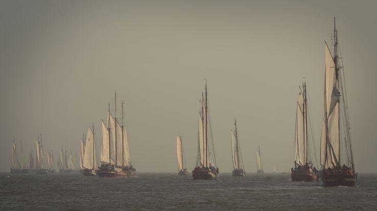 vlak na de ankerstart tijdens de Klipperrace op het IJsselmeer bij Enkhuizen