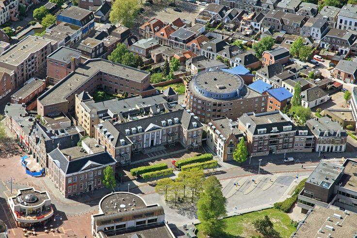 Mooie luchtfoto van de omgeving van de oude Rechtbank en Huis van Bewaring aan de Wierdensestraat / Marktstraat.