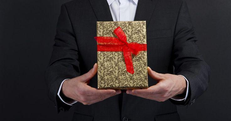 Los mejores regalos de cumpleaños para novios. Los mejores regalos de cumpleaños para un novio son los que él nunca va a olvidar. Ya sea que se trate de una relación de un par de semanas o de un par de años, no es necesario gastar una cantidad excesiva en el regalo. De hecho, hay varias ideas de regalos únicos que cuestan poco o ningún dinero en absoluto. Con un poco de creatividad y reflexión ...