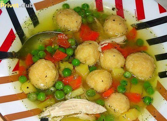куриный суп с сырными клецками и зеленым горошком
