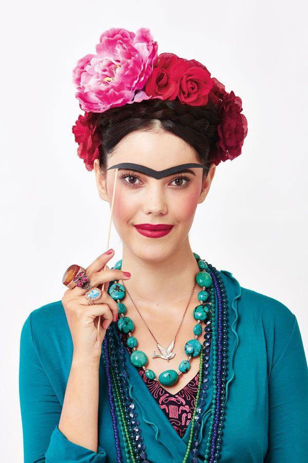 """Quem tem vergonha das sobrancelhas de Frida pode usar a criatividade e fazer uma """"máscara monocelha"""" para continuar gatinha e não espantar os boys no carnaval haha"""