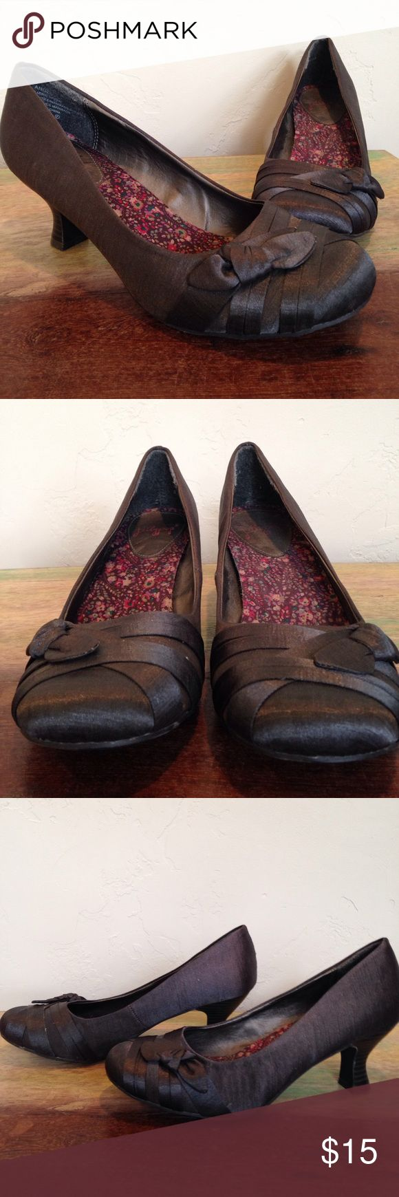Grey Jellypop shoes with Heel 8.5 Linen material charcoal grey shinny material good condition some small marks on heel otherwise good Shoes