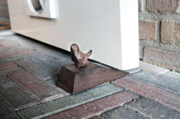Öntöttvas ajtókitámasztó madár mintával.