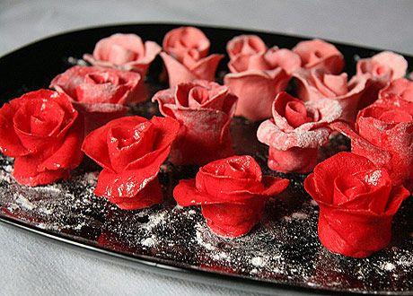 Хочу предложить удачный и вкуснейший рецепт мастики из сгущенки для тортов. Готовиться она очень просто,а ведь ведь так хочется сделать своими руками неожиданный подарок-торт близким и родным. Так…