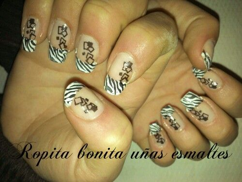 Hermoso nail art de cebra en la francesa :)