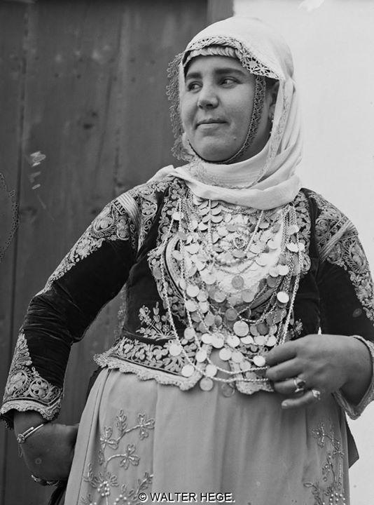 """Ελληνική φορεσιά 1928-1935 Φωτογράφος Walter Hege Αρχείο Bildarchiv Foto Marburg. (Liza""""s Photographic Archive of Greece)"""