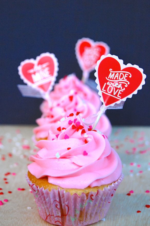 The best ever vanilla cupcakes! Airy, moist and full of vanilla. Perfect for Valentines <3
