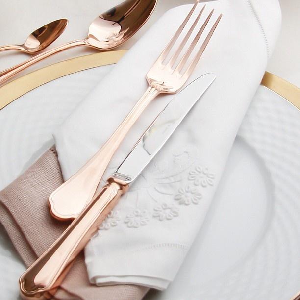 Não tem como não se apaixonar pelos novos talheres em ouro rosa que acabaram de chegar! Inspiração pra hora do almoço!!!!  #desejododia #tableware #vestiramesa #receberbem #almoço #familia #amigos #vocemerece #exclusivo #taniabulhoes #listadecasamento