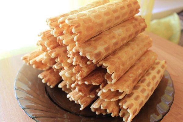 Как приготовить вафельные трубочки со сгущенкой: на самом маленьком огне растопить сливочный маргарин, он должен быть теплым.