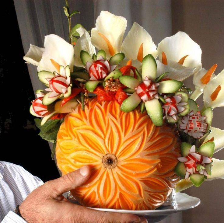 sculpture de légumes - citrouille sculptée et remplie de fleurs en concombres et radis