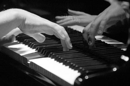 """... con audacia mi siedo di fianco a lui sullo sgabello del pianoforte, e poso la testa sulla sua spalla nuda per guardare le sue dita agili che accarezzano i tasti. Lui si ferma per un secondo, poi continua fino alla fine del brano.  """"Cos'era?"""" mormoro.  """"Chopin. Preludio opera 28, numero 4. In Mi minore, se ti interessa.""""  """"Mi interessa sempre quello che fai.""""  Si gira e preme le labbra sui miei capelli."""