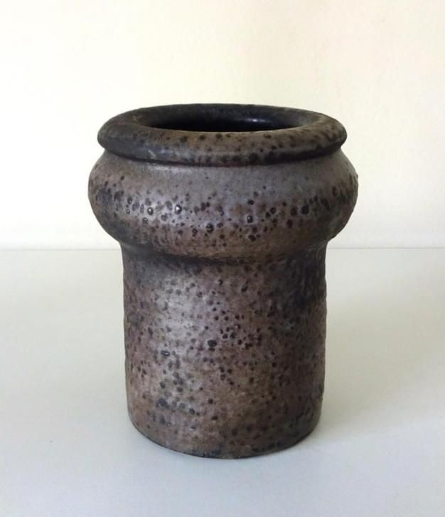 Keramiek vaas paars bruin gemêleerd Piet Knepper Mobach. Gesigneerd : Mobach en monogram. Ook symbool van houtoven. Afmetingen : H : 11,5 cm., D (boven) : 6 cm. D(midden) : 9,5 cm.