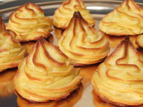 Lekkere pommes duchesse of aardappelpuree door de passe vite, gekuid en gemend…