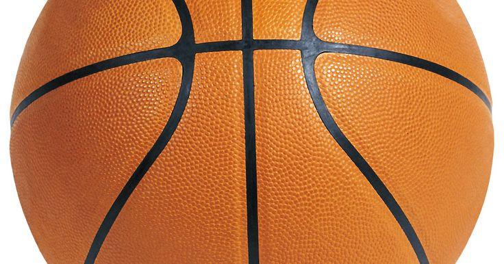Cómo hacer un centro de mesa con una bola de baloncesto. Al hacer una fiesta temática de baloncesto, haz este centro de mesa y gánate a tus invitados. Algunos elementos básicos son todo lo que se necesita para hacerlos. Utiliza elementos de baloncesto alrededor de tu casa para que sea rentable y añade un toque personal usando los colores de tu equipo favorito para armar todo de la mejor manera.